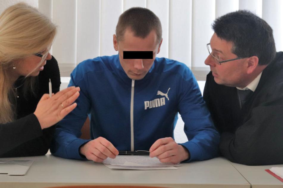 Der Verurteilte Arturas Pocius wird von seinen Anwälten beraten.