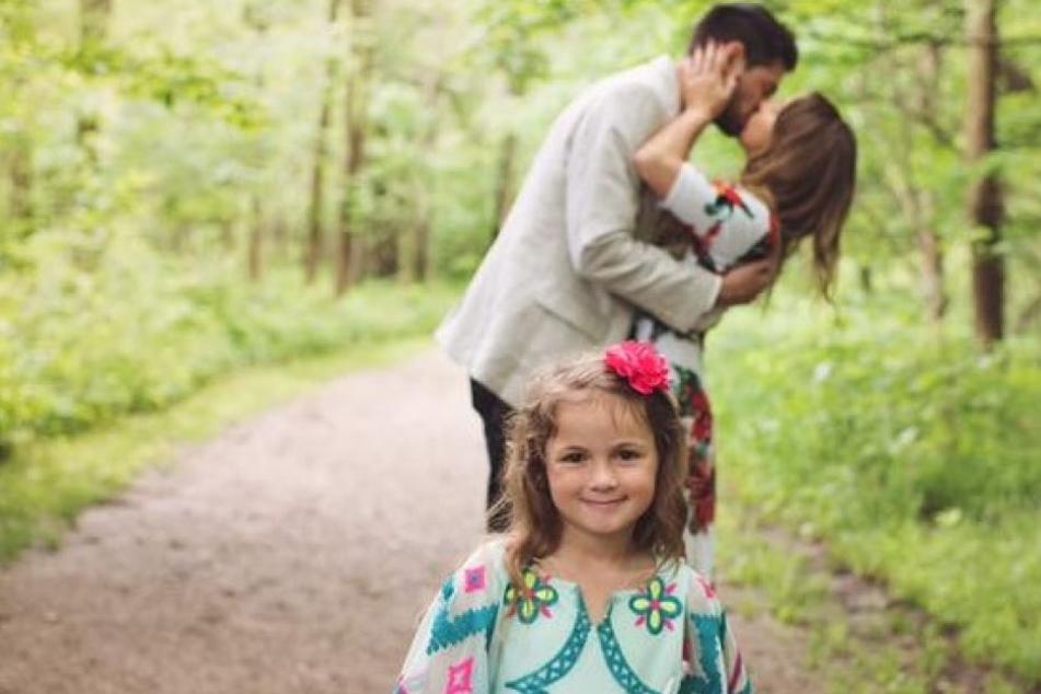 Die kleine Adrianna ist stolz, endlich eine richtige Familie zu haben.