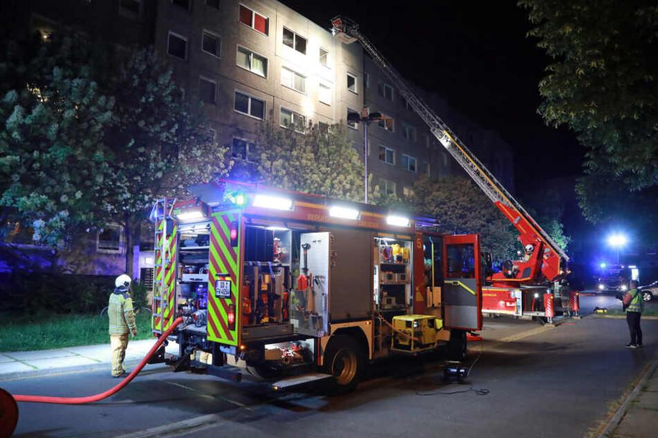 Mehrere Einsatzkräfte löschten das Feuer im Obergeschoss.