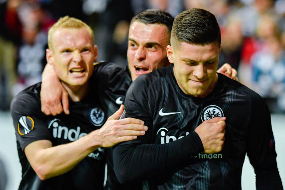 Von links nach rechts: Sebastian Rode und Filip Kostic bejubeln den Treffer von Luka Jovic gegen den FC Chelsea im Europa League-Halbfinal-Hinspiel.