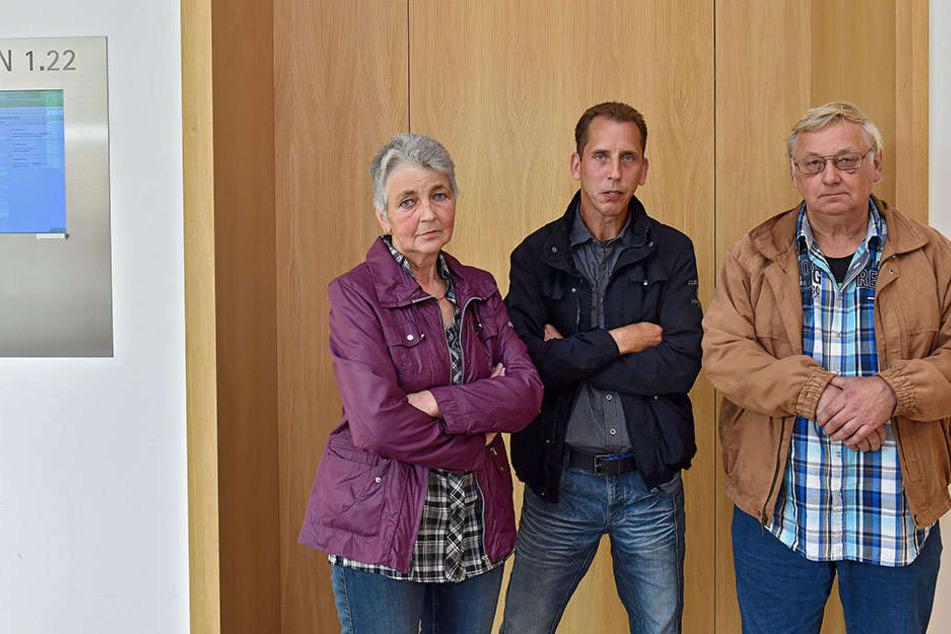 Sonja Hoffmann (64), Holger Schönfeld (48) und Siebert Hoffmann (67). Die Laubenpieper fühlen sich von den Behörden im Stich gelassen.