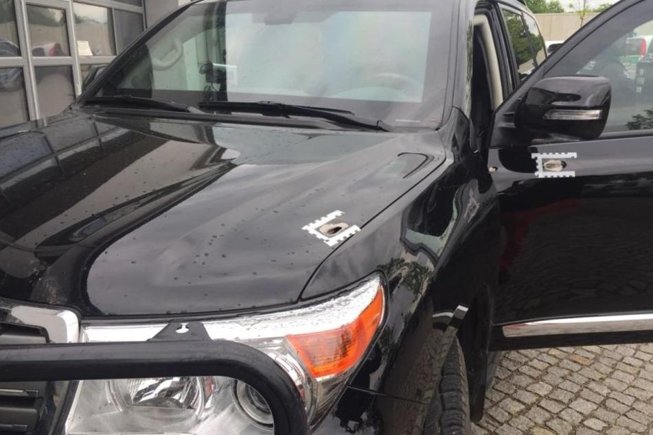 Die Panzerwagen der Polizei wurden stark beschädigt.