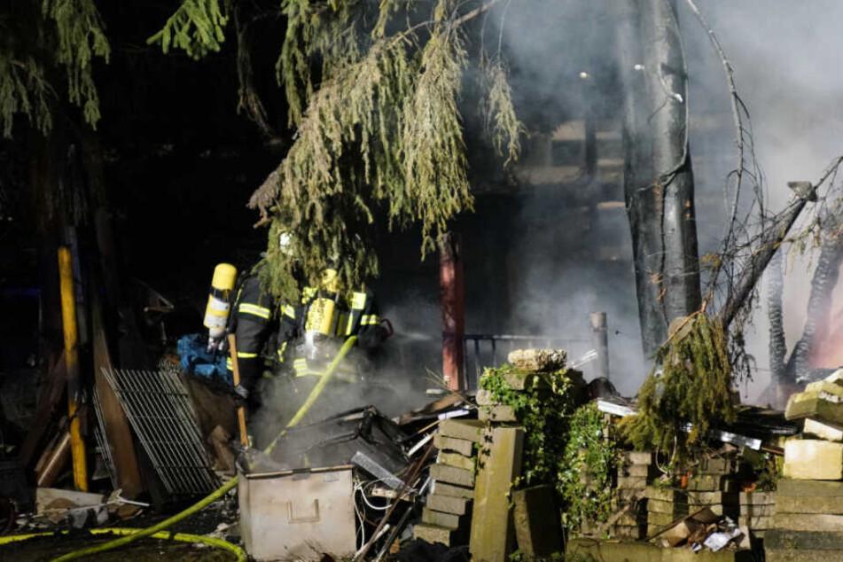 Einsatzkräfte fanden im Bereich der Hütte einen Obdachlosen, der sich eine Rauchgasvergiftung zuzog.