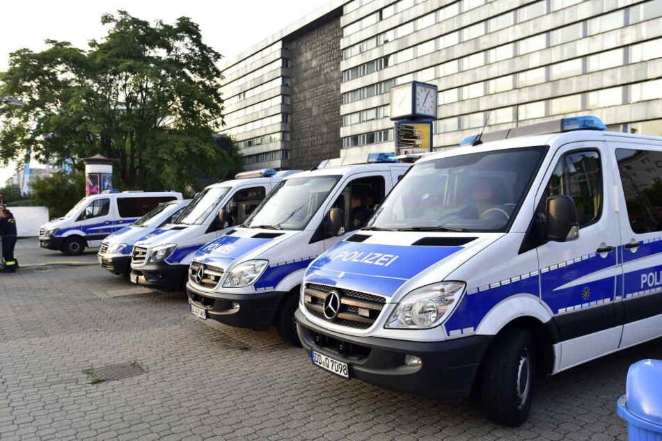 Ein Großaufgebot der Polizei vorm Nischel verhinderte Schlimmeres.