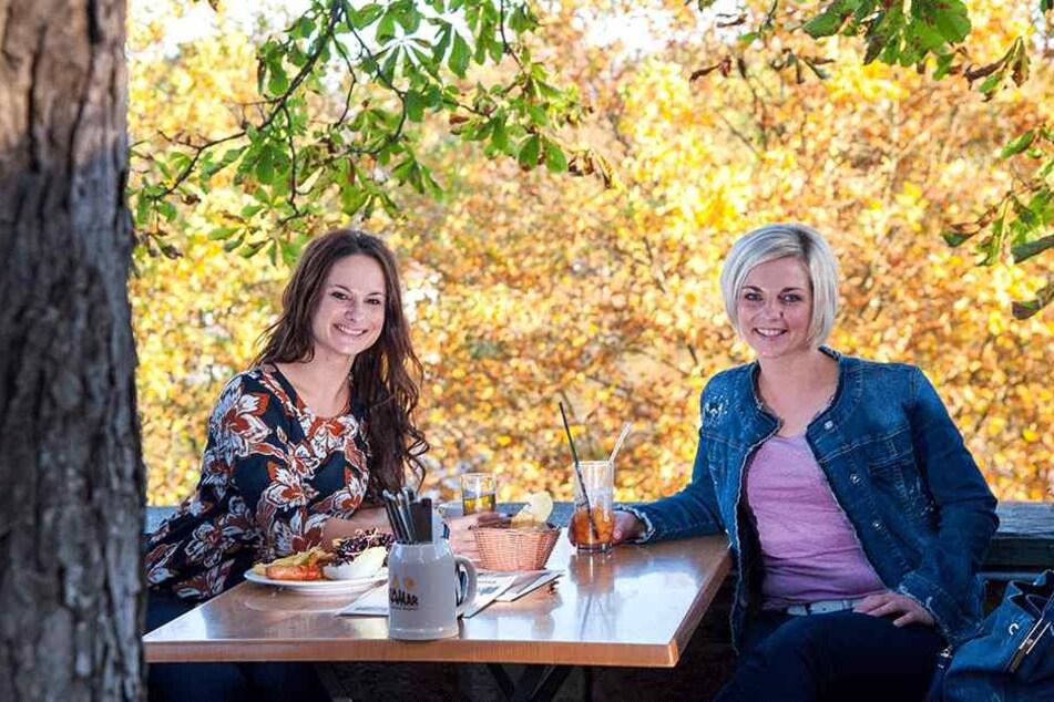 Einen Plausch bei milder Luft und coolen Drinks hielten Stephanie Haase (33)  und Josephine Lemmel (30) im Miramar.