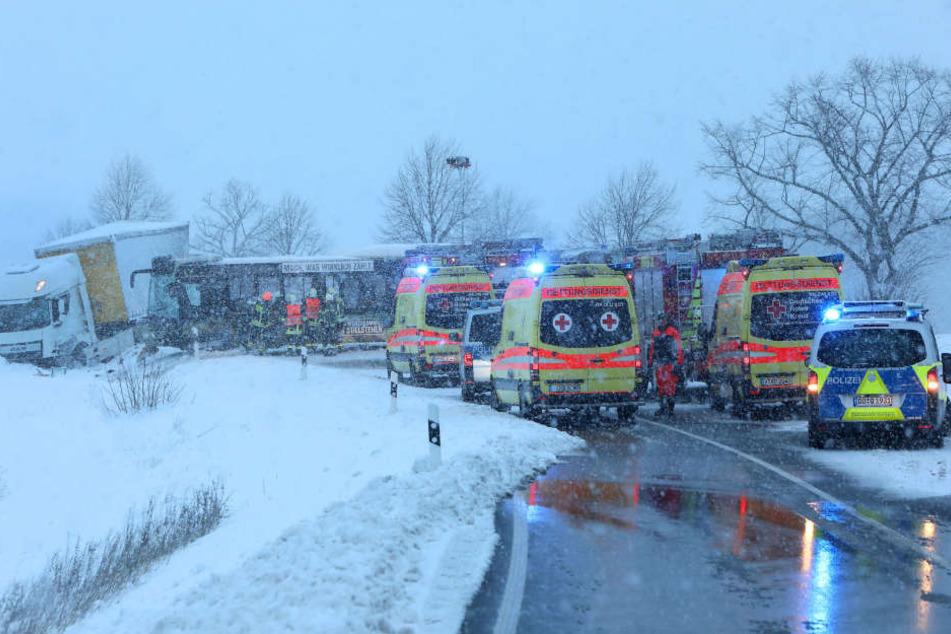 Mehrere Rettungskräfte an der Unfallstelle in Mülsen.