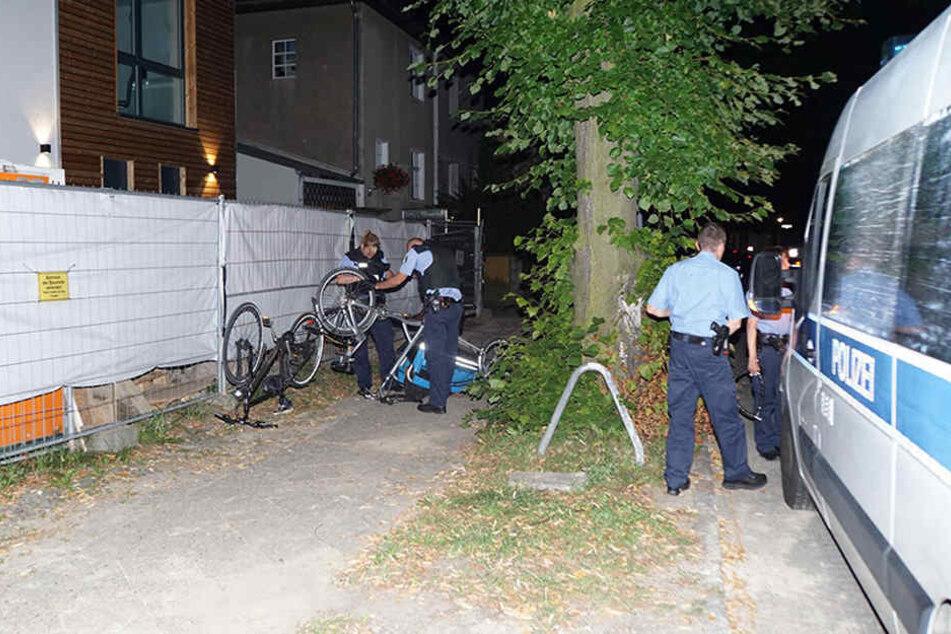 Die Polizei stellte an einem Bauzaun neben der Feuerwache die beiden Räder der Diebe sicher.