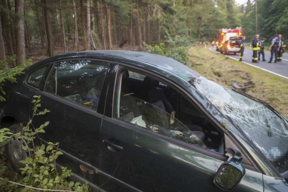 Das Unfallfahrzeug kam von der Fahrbahn ab und überschlug sich.