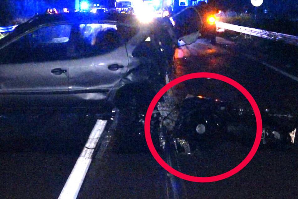 Das Foto zeigt den am Unfall beteiligten Wagen sowie (roter Kreis) Trümmer des Motorrads.