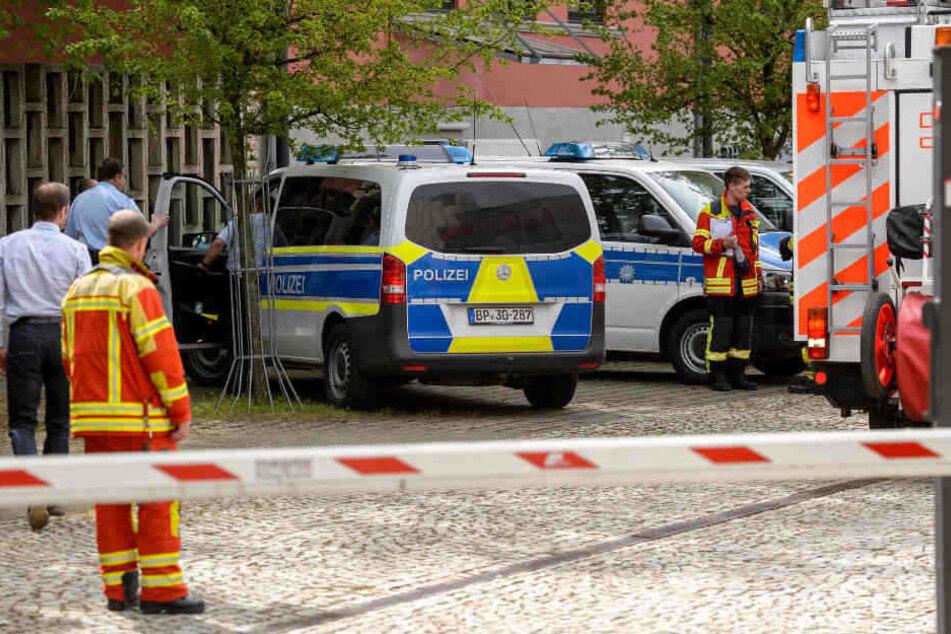 Ende April versuchten mehrere Unbekannte Fahrzeuge der Bundes- und Landespolizei anzuzünden.