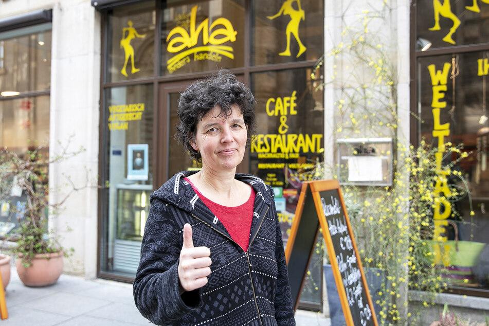Claudia Greifenhahn (52) vomLadencafe aha auf der Kreuzstraße hat auch weiterhin geöffnet.