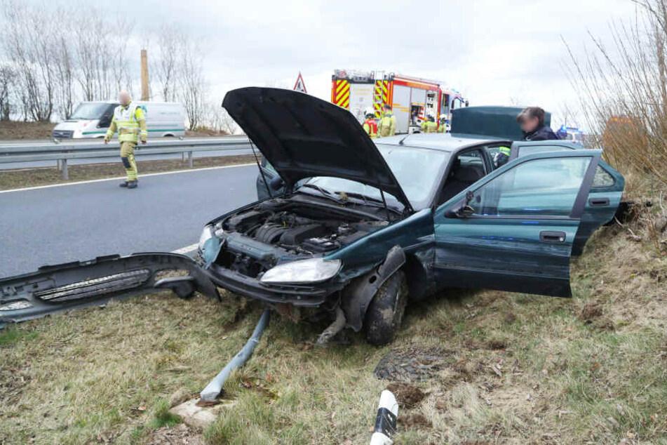 Der Peugeot nahm erheblichen Schaden, ebenso ein Straßenschild und mehrere Leitpfosten.