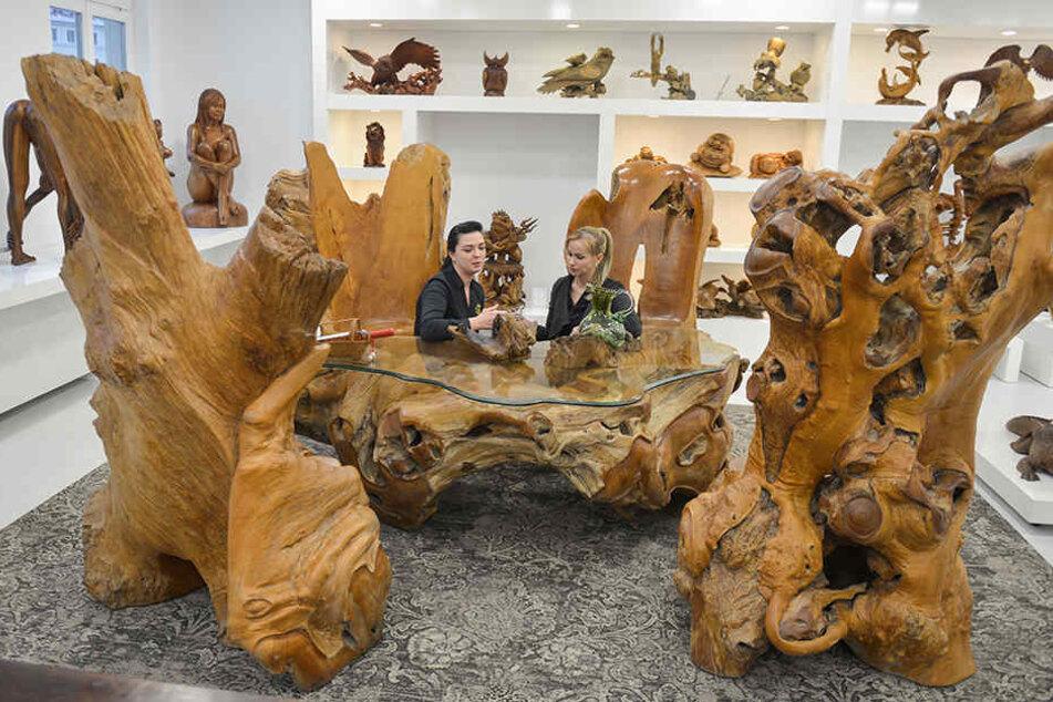 Die Verkäuferinnen Mila Zajzeve (33, l.) und Diana Stoll (33) sitzen in der 95.000 Euro teuren Teakholz-Sitzgruppe Probe.