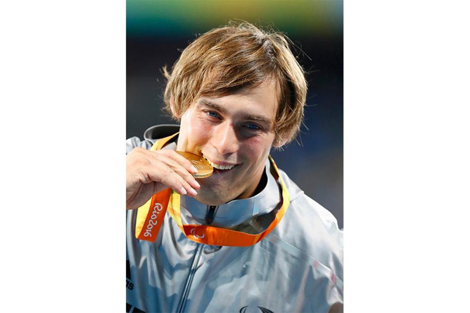 Der obligatorische Bisstest: Die Goldmedaille ist echt!