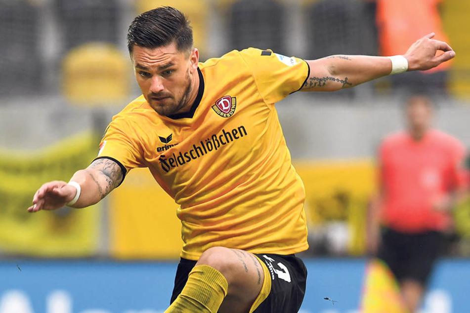 Dynamo-Stürmer Pascal Testroet schiebt sich gleich vor Aue-Torwart Martin Männel, um an den Ball zu kommen.