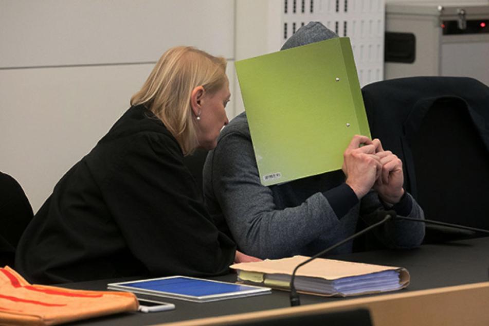 Clemens M. (41) mit seinen Anwälten Katja Reichel und Jürgen Saupe.