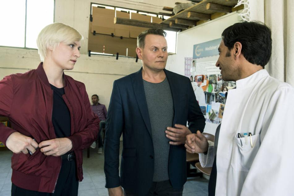 Jens Stellbrink (Devid Striesow) und Mia Emmrich (Sandra-Maren Schneider) verhören Dr. Sharifi (Jaschar Sarabtchian).