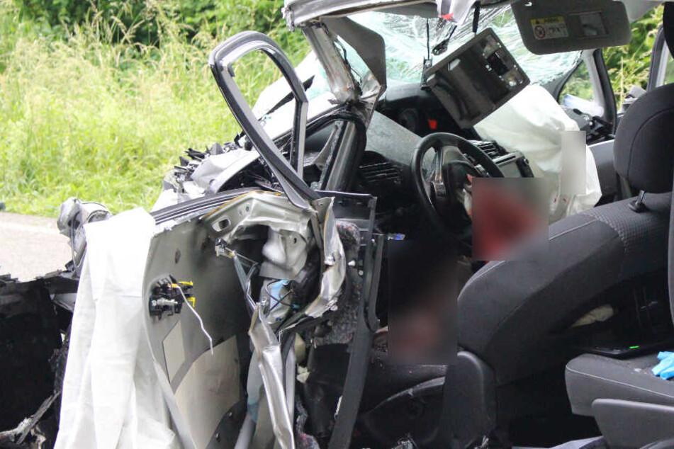 Der 57-jährige Fahrer des Wagens starb noch an der Unfallstelle.