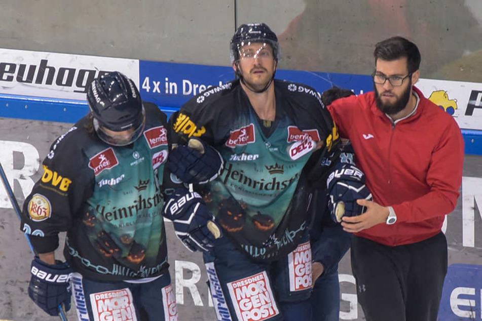 Gestützt vom Mannschaftsarzt und Kapitän René Kramer (l.) verließ Harrison Reed Ende Oktober das Eis.