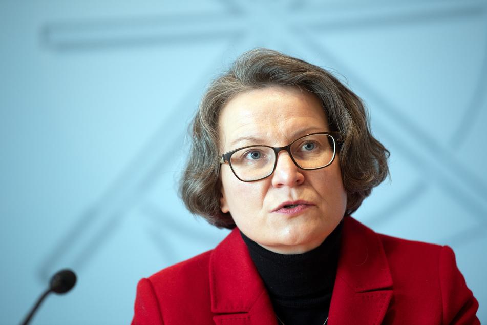 NRW-Bauministerin Ina Scharrenbach (44, CDU) sieht den geplanten Zusammenschluss des Immobilienkonzerns Vonovia mit Deutsche Wohnen gelassen. (Archivfoto)