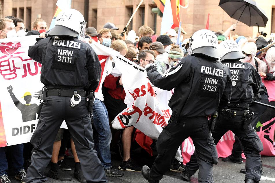 Polizisten kesseln einen Teil der Demonstranten, die gegen das geplante Versammlungsgesetz in Nordrhein-Westfalen protestieren, am Abend des 26. Juni ein.