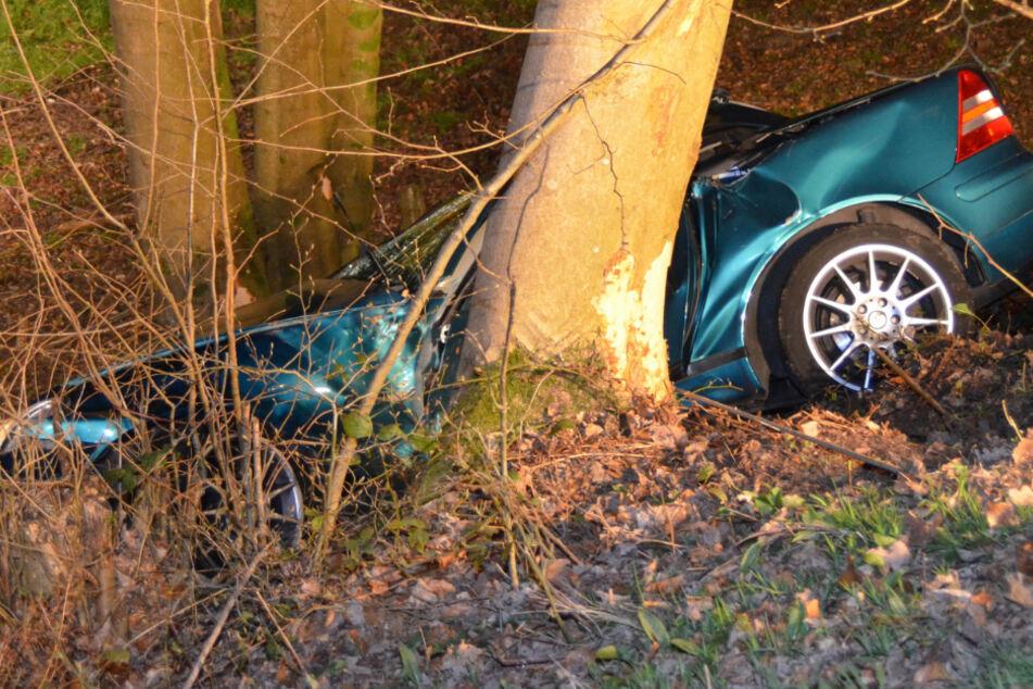 18-Jähriger stürzt mit Auto den Hang hinab und stirbt