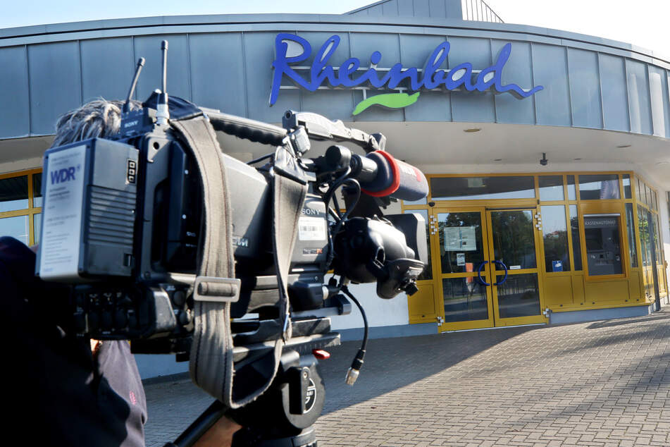 August 2019: Ein Fernsehteam filmt nach Tumulten und Räumungen im Rheinbad den Eingangsbereich.
