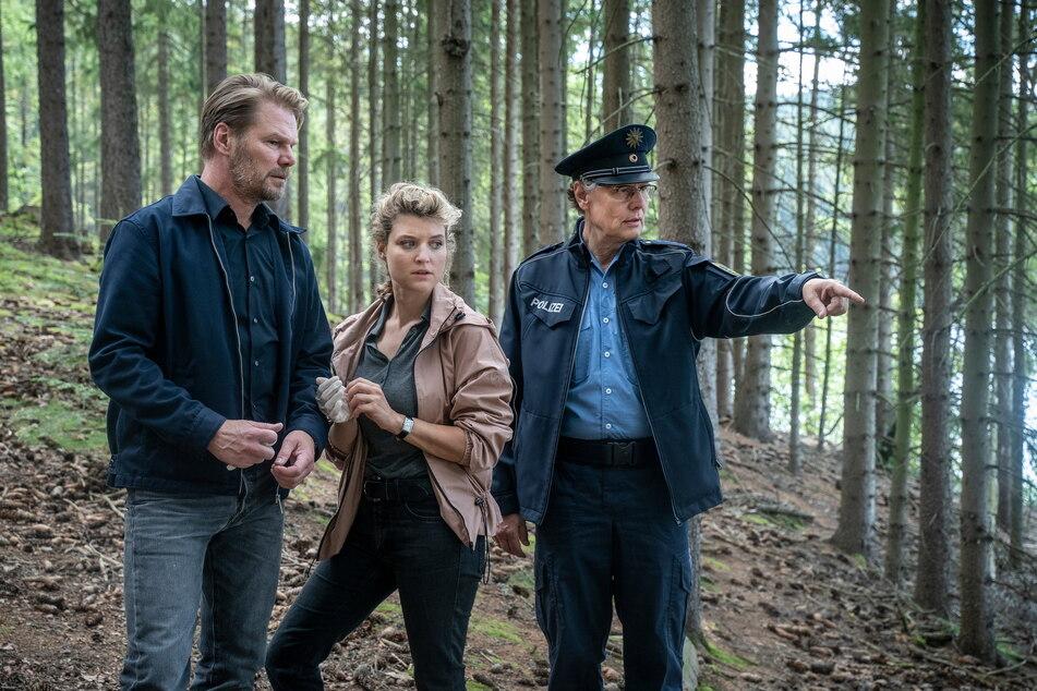 Leichenfund an der Talsperre Sosa: Polizist Rainer Wagner (Thomas Bading, 61, r.) zeigt den Kommissaren Robert Winkler (Kai Scheve, 55) und Karina Szabo (Lara Mandoki, 31) den Fundort.