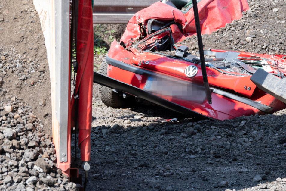 Schrecksekunde für Autofahrerin: Ladung von Schotter-Lkw begräbt VW unter sich
