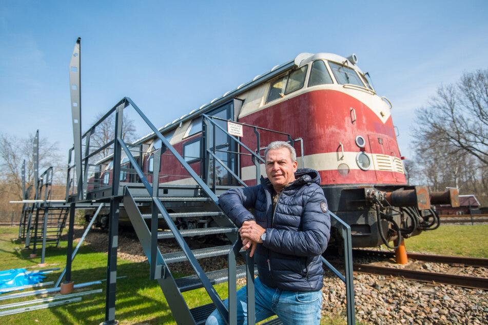 Hier werden Eisenbahn-Träume wahr! In dieser alten Diesel-Lok können Gäste übernachten