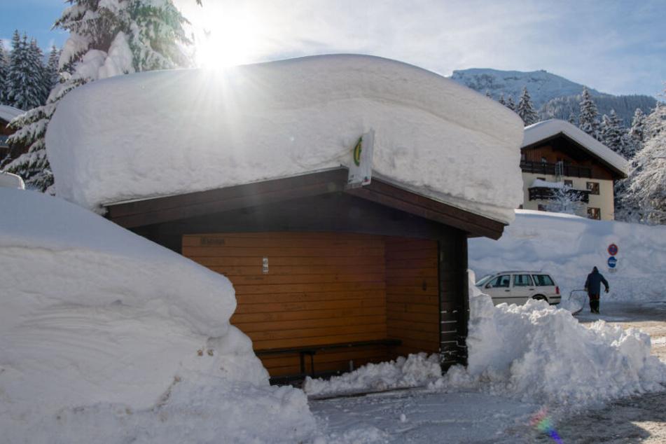 Schnee liegt oberhalb von Berchtesgaden auf einem Bushäuschen in der Ortschaft Buchenhöhe, die von der Außenwelt abgeschnitten ist. (Archiv)