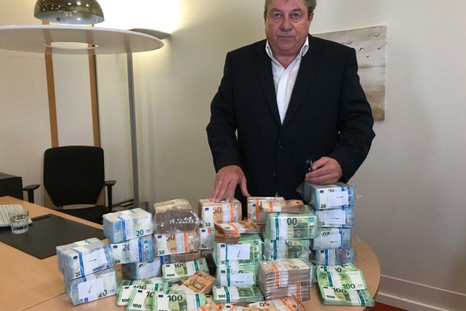 Anwalt Josef Resch mit den 1,3 Millionen Euro des unbekannten Mäzens.