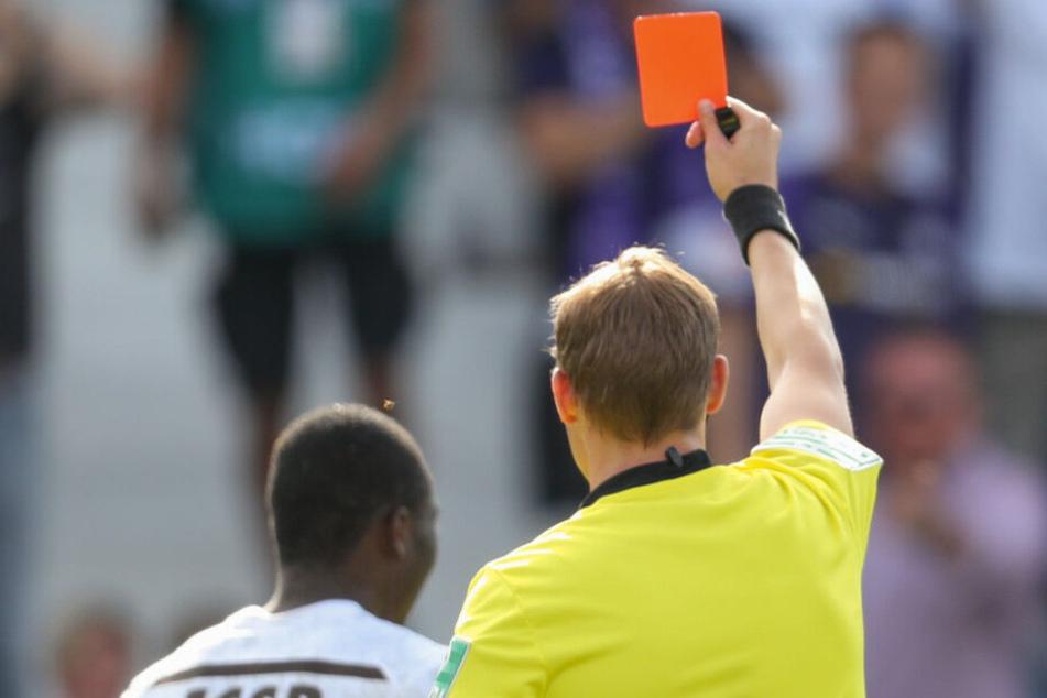 Schiedsrichter Martin Petersen zeigt Youba Diarra (l.) von St. Pauli die Gelb-Rote Karte. (Symbolbild)
