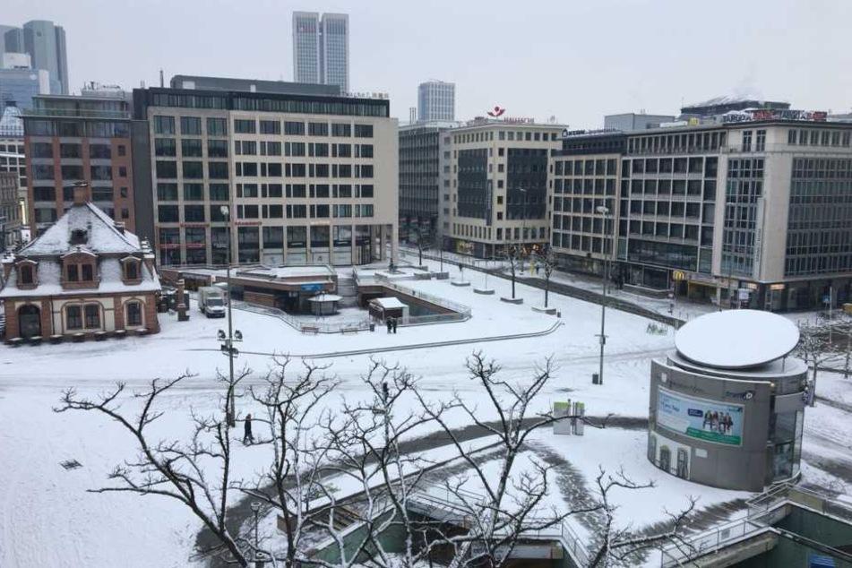 Auch die Hauptwache war am Morgen mit Schnee bedeckt.