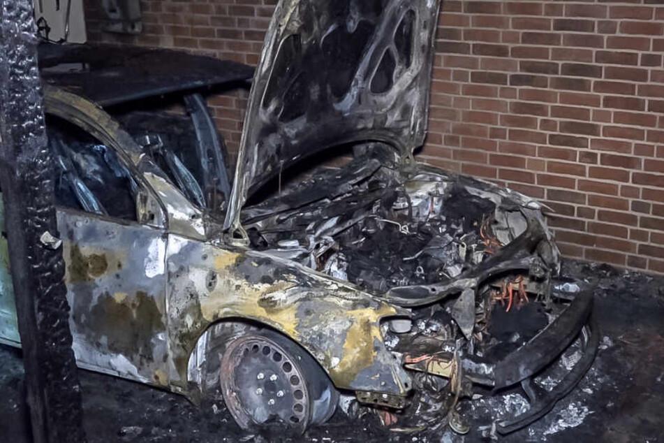 Von den Auto ist nach dem Brand nicht mehr viel übrig geblieben.