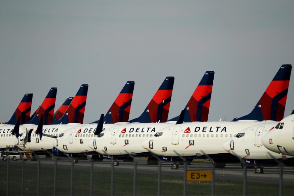 Wenigstens Greta Thunberg (17) dürfte dieser Anblick gefallen: Reihenweise Flugzeuge von Delta Airlines stehen am Boden und schaden dem Klima so nicht.