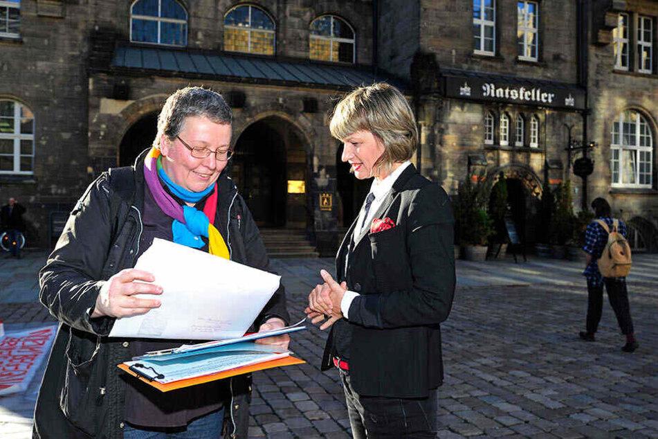 AgR-Sprecherin Gabi Engelhardt (56) übergab am Ende rund 500 Namen an Oberbürgermeisterin Barbara Ludwig (56, SPD).