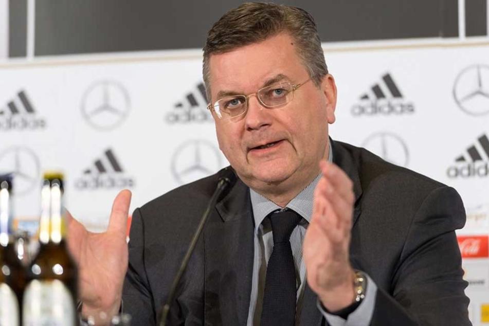 DFB-Präsident Reinhard Grindel geht auf die Fans zu, signalisiert Dialogbereitschaft.