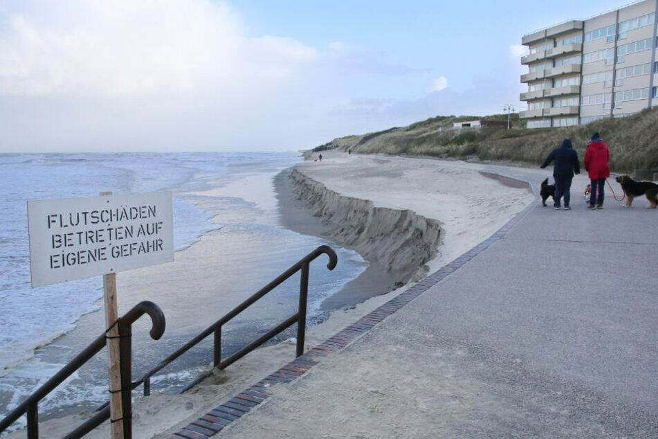 Ein Schild an der Strandpromenade von Wangerooge warnt vor dem Betreten des Strandes nach den Sturmfluten.