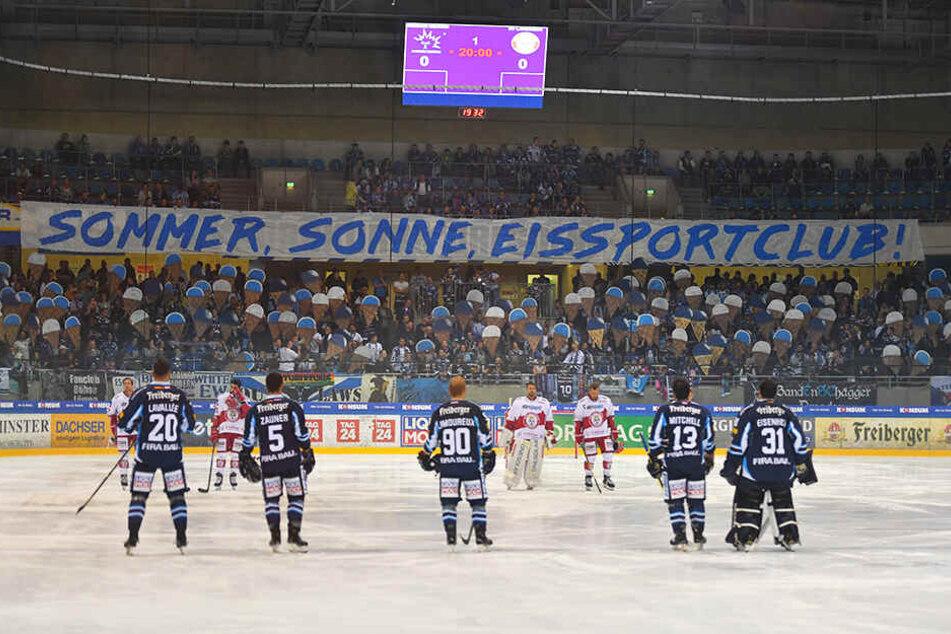 Die Sommer-Eis-Zeit ist vorbei. Passend mit Waffel-Eis haben die Eislöwen-Fans diese verabschiedet. 2492 Zuschauer waren heiß auf das erste Heimspiel der Saison.