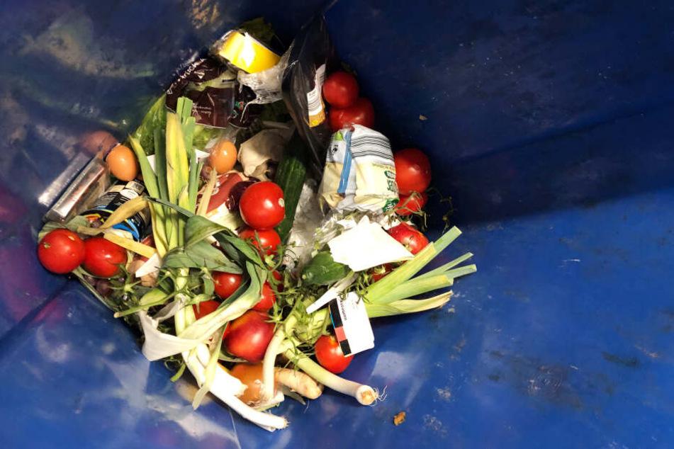 Auch Lebensmittel, die noch völlig ok sind, landen im Müll. (Archivbild)