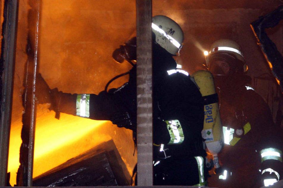 Die Feuerwehr hatte mit den Flammen zu kämpfen. (Symbolbild)