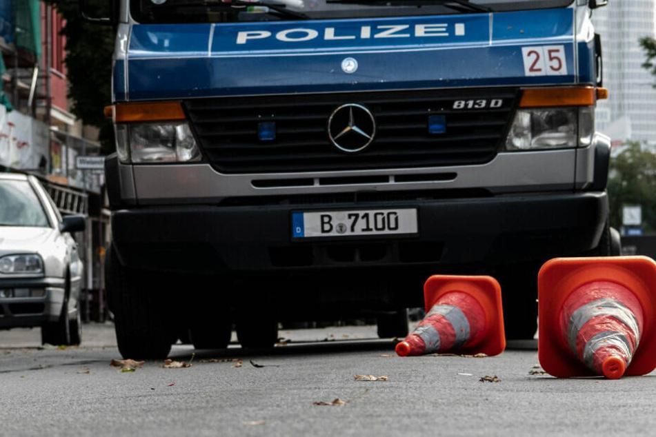 Pylone liegen auf der Kantstraße vor einem Einsatzfahrzeug der Polizei. Die Pylone markieren die Fundorte von Kugeln, nach einer Schießerei in der Nacht.