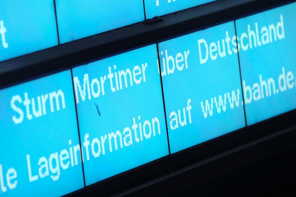 Reisende sollen sich im Vorfeld ihrer Zugfahrt über die aktuelle Lage erkundigen.