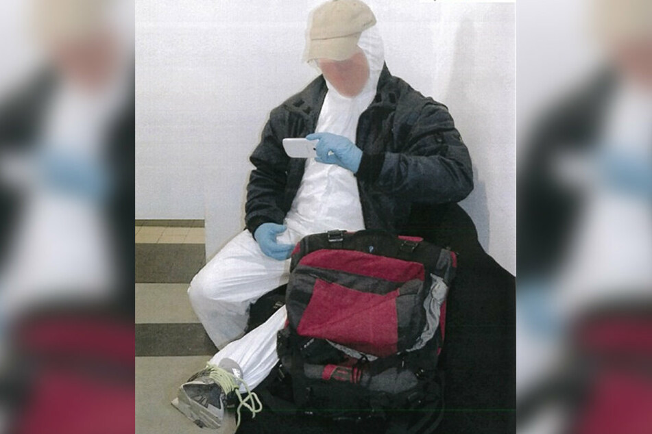So soll die Situation ausgesehen haben. Die Polizei Hamm stellte die Szene mit einem Beamten im weißen Overall nach.