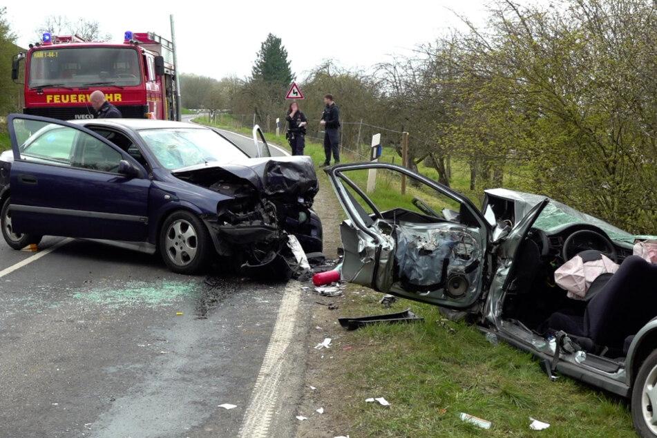 Autos krachen frontal zusammen: Drei Schwerverletzte