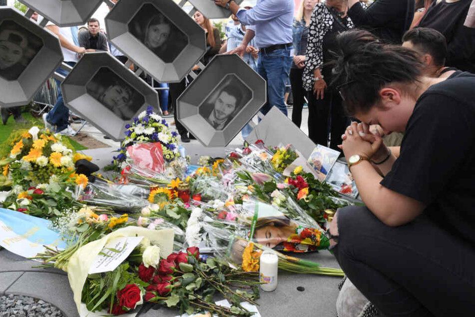 Blumen am Denkmal für den Amoklauf im Münchner OEZ.