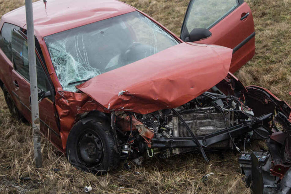 Der Polo der 25-Jährigen, die den Unfall verursachte, ist komplett demoliert.