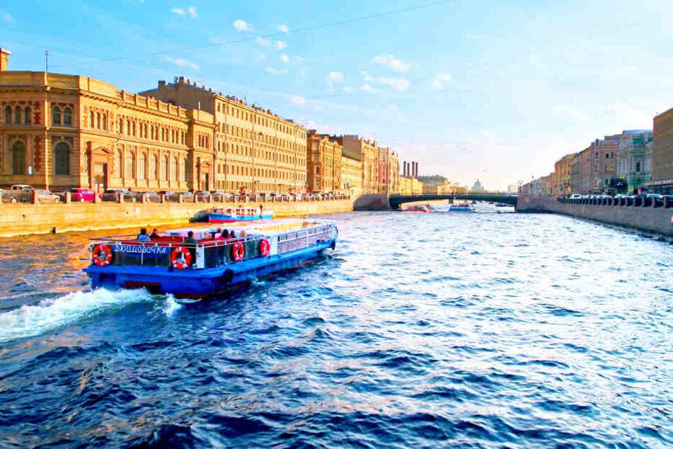 """Ein Boot fährt auf dem Fluss Newa durch das """"Venedig"""" Russlands: St. Petersburg."""