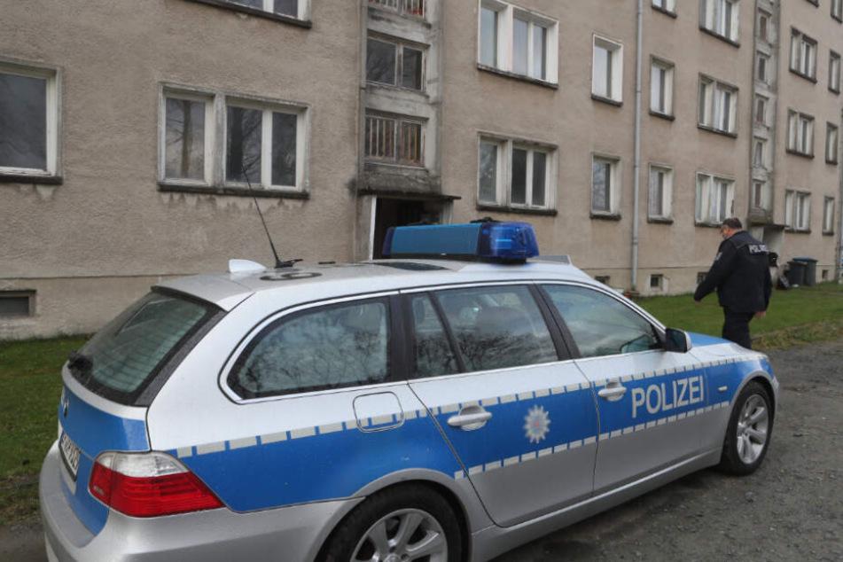 Die Polizisten entdeckten den Toten in seinem Wohnzimmer (Symbolfoto).
